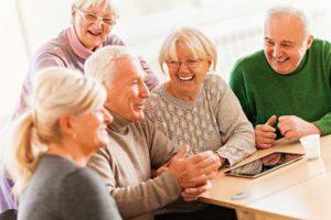 Groep oudere mensen in een studiekring
